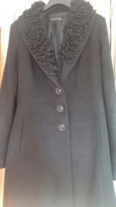 Cappotto nero con collo importante che sostituisce l'ecopelliccia nei giorni di festa. #vintageodemode che innamora.