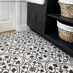 Colorful kitchen: meet 90 amazing inspirations to decorate - Home Fashion Trend Black And White Tiles Bathroom, Black Tiles, Bathroom Floor Tiles, Tile Floor, Basement Bathroom, Small Bathroom, Scandinavian Tile, Encaustic Tile, Kitchen Flooring