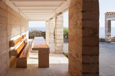 In Danish architect Jørn Utzon (best known as the architect of the extravagant Sydney Opera House in Australia) decided to build his family a summer home on a low cliff near Porto Petro in the southernmost part of Mallorca, Spain. Jorn Utzon, Brick Flooring, Mediterranean Homes, House Goals, Ground Floor, Scandinavian Design, Indoor Outdoor, Spain, Backyard