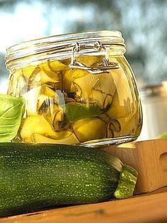 Cukinie w oliwie z bazylią i miętą. Bardzo przepyszne. Do samodzielnego spożywania z pieczywem przede wszystkim. Ale także do sałatek i jako dodatek do pieczonych mięs. Pycha ogromna! Canning Tips, Canning Recipes, Antipasto, Veggie Recipes, Vegetarian Recipes, Organic Gardening Tips, Polish Recipes, Polish Food, Meals In A Jar