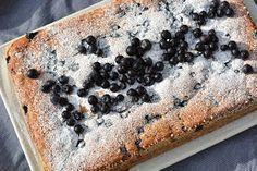 Nyt valmistui ihan yliveto mustikkakakku. Tätä kakkua tehdessä ei tarvitse osata oikeastaan mitään, niin helposti se valmistu... Finnish Recipes, Food Quotes, Dessert Recipes, Desserts, Something Sweet, What To Cook, Let Them Eat Cake, Yummy Cakes, Sweet Recipes