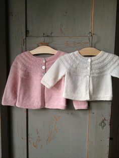 Liten kofta pattern by gralina frie - knitting - вязание, ма Baby Cardigan Knitting Pattern Free, Baby Hats Knitting, Knitting For Kids, Baby Knitting Patterns, Crochet For Kids, Baby Patterns, Knit Vest, Sew Maxi Skirts, Brei Baby