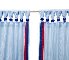 """Wunderschöne Vorhänge fürs Kinderzimmer aus der Kollektion """"Anker"""" von KRS-Design. Erst durch die blau-weiß gestreiften Vorhänge mit rot-blauen Borten erhält das Kinderzimmer den typisch maritimen Look. Einmalig und ein besonderes Highlight sind die Schlaufen-Kugeln, die einfach anzubringen sind. Ob mit oder ohne Kugeln, diese Vorhänge sind ein Hingucker in jedem Kinderzimmer."""