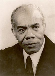"""Henny de Ziel, oftewel dichter Trefossa (1916-1975), schreef tweede couplet van volkslied """"God zij met ons Suriname""""."""