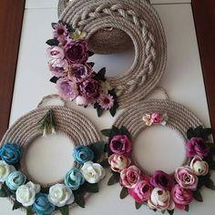 @ ghirlanda di corda con fiori in feltro e pannolenci, Coronas de cuerda y flores Jute Crafts, Diy Home Crafts, Crafts To Sell, Handmade Crafts, Felt Flowers, Diy Flowers, Rope Art, Diwali Decorations, Diy Wreath