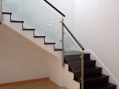 ¿En qué cosiste tu proyecto? Para diseñar interiores con escaleras es ideal contar con accesorios con tantos beneficios como las barandillas de cristal.