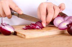 Tutti i trucchi per tagliare la cipolla senza piangere