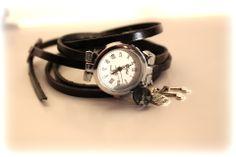 Montre argent et cuir noir style fantaisie avec breloques : Montre par perles-et-pacotilles