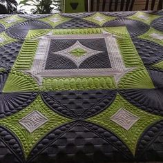 The quilting here is exquisite! 😊Pam Clark has some serious skillz! Re-post, with permission, from FB. Machine Quilting Patterns, Longarm Quilting, Free Motion Quilting, Quilt Patterns, Quilting Ideas, Medallion Quilt, Quilt Stitching, Custom Quilts, Quilt Blocks