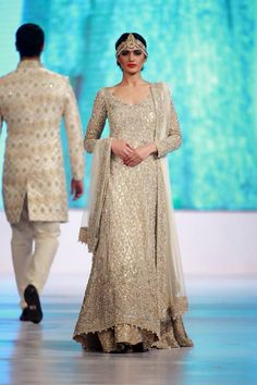 Nadia Ali spotted on the ramp for Faraz Manan Finale exhibition at the APTMA Show at the Governor House Pakistani Bridal Dresses, Pakistani Wedding Dresses, Pakistani Outfits, Indian Dresses, Indian Outfits, Bridal Gowns, Mehndi, Walima Dress, Shrug For Dresses
