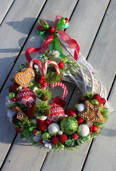Wianek świąteczny z bucikami i laskami Mikołaja-wianki świąteczne,Święta,Boże Narodzenie