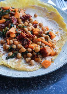Sidst jeg var sammen med min veninde Julie, skulle vi finde på en lækker frokost sammen. Julie er også blogger og når vi er sammen, elsker vi at afprøve nye idéer og finde på nye opskrifter. Så da vi sidst skulle spise frokost sammen, fandt vi på denne opskrift. Denne gang var det dog Julie … Butternut Squash, Chana Masala, Love Food, Feta, Ethnic Recipes, Kitchens, Spinach, Squash