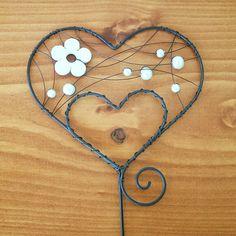 Zápich srdce Zápich je vyrobený z černého žíhaného drátu a ozdoben bílými perličkami a bílou dřevěnou květinou. Šířka srdce 8cm, výška 9cm, výška celého zápichu 30cm. Možnost upravit barvu korálků dle přání zákazníka. Crafts To Make, Arts And Crafts, Copper Wire Art, Wire Crafts, Pony Beads, Beads And Wire, Wire Work, Wire Wrapping, Whimsical