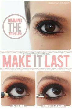 Para que la línea de abajo del ojo te dure píntala con tu delineador y después aplica sombra negra para sellar.