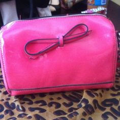 Coral Shoe Dazzle clutch!! It's so pretty I bought it off Shoe Dazzle but only used once !! In great condition!! Shoe Dazzle Bags
