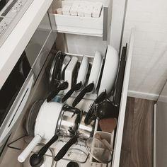 キッチン下の収納は、料理する際の動線を左右する重要な収納スペース!とはいえ、鍋やフライパンなどの調理器具や調味料などのストックなどで、ごちゃつきやすいですよね。春の新生活に向けて、ぜひ収納を見直してみませんか?技ありな収納アイデアをご紹介いたします。