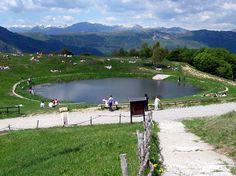 L'escursione al Monte Ocone è una facile passeggiata panoramica resa, con il passaggio del Passo del Pertus che collega Valle Imagna e la Valle dell'Adda.