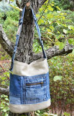 """Accessoire facile à accorder. Il apportera la touche jean à votre tenue. Jean """"le temps des cerises"""" usé, chiné et décomposé puis associé à une grosse toile de lin d'ame - 16101426"""