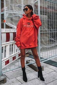 Hoodie, moletom oversized vermelho, ankle boot preta, socks boots preta Sporty Chic Outfits, Retro Outfits, Casual Outfits, Cute Outfits, Cute Fashion, Girl Fashion, Fashion Outfits, Oversized Hoodie Outfit, Instagram Baddie Outfit