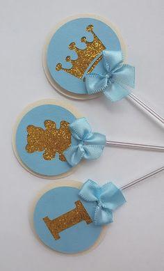 Toppers são plaquinhas pequenas e delicadas que dão charme aos docinhos e cupcakes. Essas ficaram lindas com um toque de glitter. Toppers feito com técnica de scrap. Pode ser feito com glitter ou em papel dourado. Diâmetro 4,5 cm