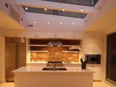 Idée relooking cuisine  ilot-centra-ikea-dans-la-cuisine-moderne-avec-murs-de-briques-et-plafond-en-verr