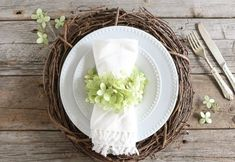 """Love the hydrangea and the grapevine wreath """"charger"""""""