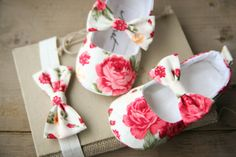 Cream and pink floral baby girl shoes от MartBabyAccessories