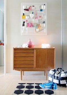 ideas-originales-recibidores-ikea-bonuta-estanteria-para-almacenar-objetos-pequeños-armario-de-madera-alfombra-con-motivos-geometricos