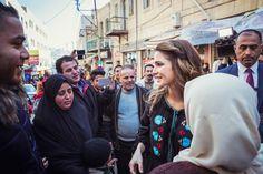La reine Rania en mode creatrice de keffiyeh   Les techniques traditionnelles de finition à la main du foulard jordanien la version rouge et blanche du keffiyeh sont perpétuées par leurs mains expertes dans le cadre du projet Hadab une quarantaine de femmes répètent les gestes ancestraux transmis de mère à fille façonnant l'ourlet blanc de Ces morceaux de tissu qui sont pliés en deux dans un châle sur leurs épaules. Une tâche qui nécessite plusieurs jours de travail à chaque fois. En…