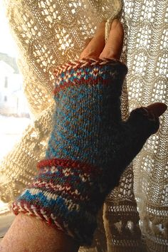 Ravelry: Latvian Braid Fair Isle Mitts pattern by Martha Marques Knitted Mittens Pattern, Knit Mittens, Knitting Socks, Knitting Patterns, Knitting Tutorials, Free Knitting, Stitch Patterns, Wrist Warmers, Hand Warmers