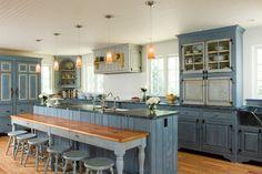 Светлые кухни с патиной: вневременная классика и 85 избранных интерьерных сочетаний http://happymodern.ru/kuxni-klassika-svetlye-s-patinoj-foto/ Состаренная мебель выходит на новый уровень, привлекая внимание людей на выставочных экспозициях
