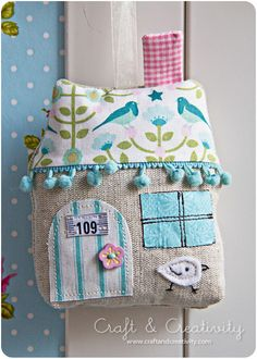 cute house pillow-- I& going to have to make some house pillows Fabric Art, Fabric Crafts, Sewing Crafts, House Quilts, Fabric Houses, Sewing Tutorials, Sewing Patterns, Pin Cushions, Pillows