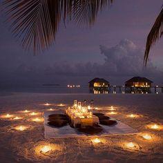Night on the beach - Éjszaka a tengerparton Romantic Picnics, Romantic Beach, Romantic Night, Romantic Places, Romantic Dinners, Beautiful Places, Romantic Ideas, Romantic Getaway, Romantic Gifts