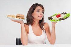 """Cum ne sabotăm singuri sănătatea? Deși știm bine ce """"ar trebui"""" să mâncăm, este uneori greu să rezistăm alimentelor care nu ne fac bine și nici nu au vreo valoare nutrițională. Acum, cercetătorii au descoperit cel puțin unul dintre principalele motive pentru care uneori nu avem suficientă voință: stresul. Se pare că atunci când corpul nostru este stresat, mințile noastre tind să funcționeze la un nivel primar, erodând autocontrolul."""