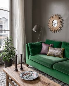 Painting small living room: color ideas - Painting: brown makes this living room more cozy Informations About Peinture petit salon : idées co - Living Room Green, Living Room Paint, Small Living Rooms, Living Room Sofa, Apartment Living, Interior Design Living Room, Living Room Designs, Attic Apartment, Small Room Interior