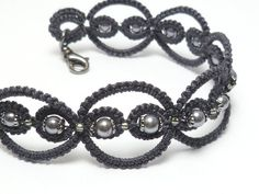 Tatted Lace Bracelet in modern colors with glass por SnappyTatter