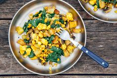 This vegan tofu scramble is a great way to enjoy a protein-packed breakfast. It pairs turmeric seasoned tofu with a savory potato, mushroom, spinach hash. Easy Camping Breakfast, Breakfast Hash, Protein Packed Breakfast, Vegetarian Breakfast, Vegetarian Recipes, Breakfast Salad, Classic Pancake Recipe, Sweet Potato And Apple, Balanced Breakfast