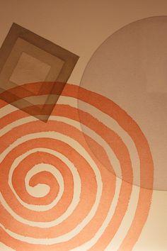 """""""Sem um ponto de partida definido, as aquarelas vão surgindo ora da ação espontânea da água e dos pigmentos levados ao papel, ora da geometria do desenho executado. Tudo se resume à construção. A poesia de uma obra é a sua própria construção"""".  (José Alberto Nemer)"""