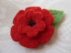 Remembrance Felt Poppy with beads & leaf Fabric Brooch, Felt Brooch, Felt Flowers, Fabric Flowers, Fabric Art, Fabric Crafts, Remembrance Poppy, Poppy Brooches, Wool Felt