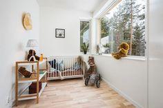 (4) Rødsåsen - Nytt og moderne enderekkehus med fantastisk beliggenhet i naturskjønne omgivelser nær Heggedal sentrum. Boligen er vesentlig oppgradert med tilvalg. | FINN.no Cribs, Real Estate, Bed, Furniture, Home Decor, Cots, Homemade Home Decor, Bassinet, Stream Bed