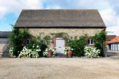 Decor Inspiration: Renovated Farmhouse With Contemporary Interiors (Sarah Vanrenen Interior Designer) Old Country Houses, Old Farm Houses, French Country House, Victorian Terrace House, Farmhouse Garden, Garden Cottage, Farmhouse Remodel, English House, Contemporary Interior
