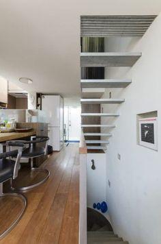 2階の端から端まで視線が抜ける。また、端部にもトップライトをつくり、開放性とともに明るさも確保。