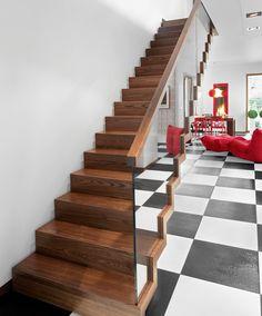 www.trabczynski.com ST875 Schody dywanowe wykonane z jesionu termicznego. Balustrada ze szkła z drewnianym pochwytem. Schody z linii TECHNE. Realizacja wykonana w domu prywatnym , projekt – TRĄBCZYŃSKI / ST875 Zigzag stair made of thermo ash. Balustrade made of glass with wooden handrail. Stairs of the TECHNE line. Private residential project, designed by TRABCZYNSKI Modern Stairs, Joinery, Zig Zag, Carpentry, Gallery, Design, Interiors, Home Decor, Spaces