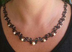 colier en frivolité: fil noir et perles nacrées #1001Noeuds