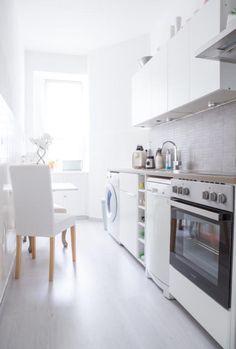 Beautiful Sehr helle und moderne K che mit gro em Fenster und wei en Fronten kitchen K che