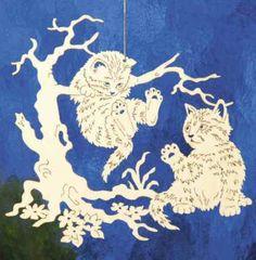 """Filigranes Fensterbild zum Aufhängen am Fenster. Handgefertigte Fensterdeko aus Pappelsperrholz mit Motiv """"Katzen"""". Leicht anzubringen."""