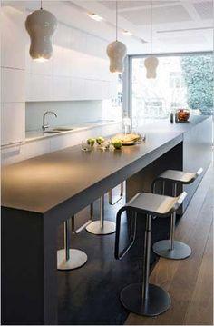 Strakke keuken met mooie bar in verlengde