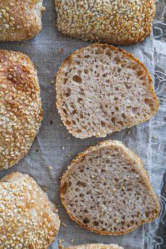 Saftige og sprøde surdejsboller med sesam. Bread, Breads, Bakeries