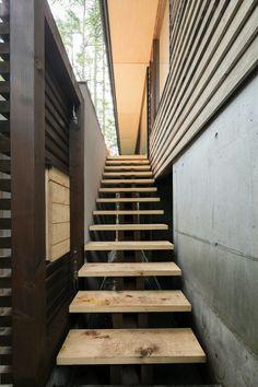 星見台と暮らすアトリエ山荘<br />アプローチ外部階段とエントランスと木製ポスト Stairs, Home Decor, Stairway, Decoration Home, Staircases, Room Decor, Ladders, Interior Decorating, Ladder