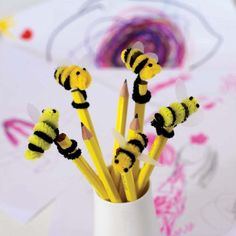 Inspiration for pens made for queen bee party. Going to do this to embellish the ten for a buck black ink pens from the Dollar store for my party. They'll look cute decorating the table and as a take home favor. Pipe Cleaner Projects, Pipe Cleaner Art, Pipe Cleaner Animals, Pipe Cleaners, Bee Crafts, Easy Crafts, Diy And Crafts, Crafts For Kids, Arts And Crafts